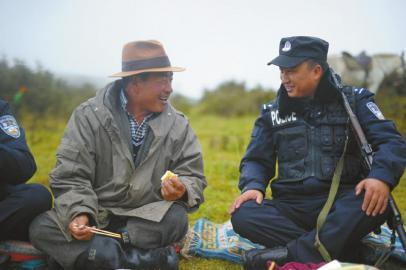 洪波扎西和当地牧民聊天。