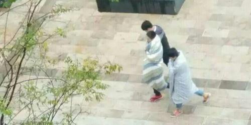 昆明一学校两同学裹着被子去上课