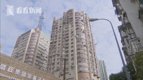 """大楼的专用通道是每户住民收支的必经之道。但是家住上海京江路299号宝丰大厦1303室的住民复电反应,他家阁下2户住民将外面的专用通道用守法搭建封掉了,只开了个""""狗窦""""让他回家。因而,1303室的住民屡次同阁下2户街坊洽谈,但自己都不违心撤除守法搭建。"""