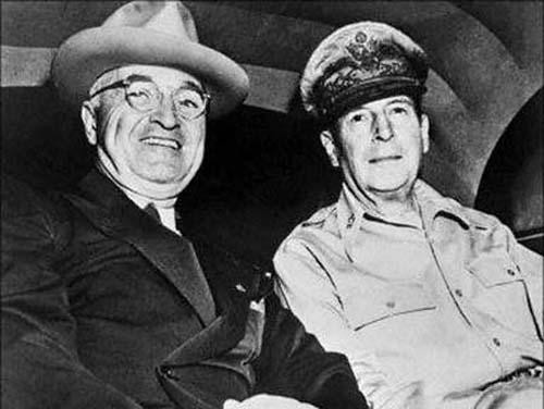 1950年,朝鲜战争爆发前,麦克阿瑟与美国总统杜鲁门在威克岛会晤。(资料图)