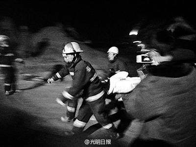 营救职员将男童送往病院
