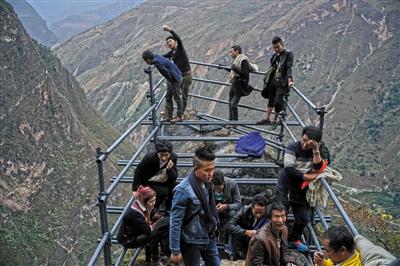 在钢梯路最险峻的一段,修建了一个平台,供人休息、避雨和遮阳。