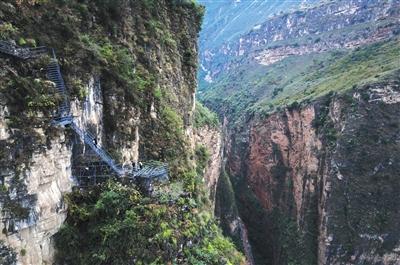 新修的钢梯从山腰向峡谷方向开始改道,可以看到更多的雄伟的峡谷景观。