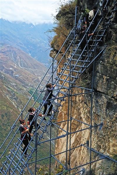 勒尔拉则和送亲队伍拉开距离通过最险峻的一段钢梯。