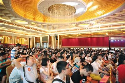 2016年10月海口一楼盘开盘现场。近年来,没有北京购房资格的人,就去北三县、天津、海南购房。图/视觉中国
