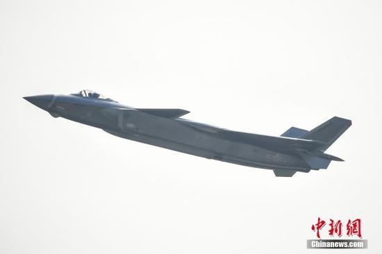 11月1日,由中国自主研制的新一代隐身战斗机歼-20在第十一届中国国际航空航天博览会进行了飞行展示。这是歼-20首次公开亮相。