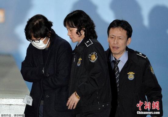 """2016年11月3日,韩国首尔,朴槿惠的闺蜜崔顺实在首尔中央法院就""""干政门""""事件接受审查后离开。"""