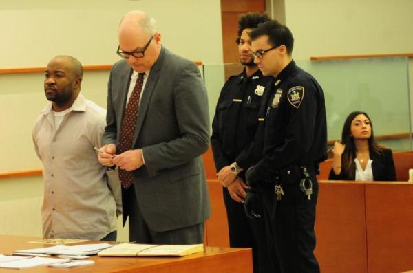 嫌疑人名为达登(Kevin Darden),是一名假释犯,曾因抢劫、斗殴、吸毒等行为被捕30余次。