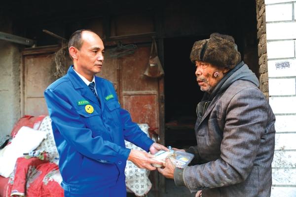 刘方伦将盒饭递给老人。