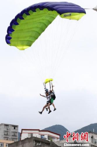 资料图:陈行甲3000米高空跳伞推介巴东旅游 边文海 摄