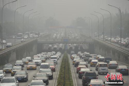 资料图:雾霾天气中,北京燕莎桥通往机场高速的途中能见度低。中新网记者 金硕 摄