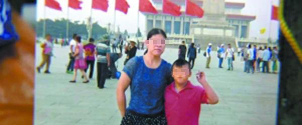 广东省广州市捡成品为生的杨密斯因舍不得一元公交费差点把智力伤残儿子弄丢。