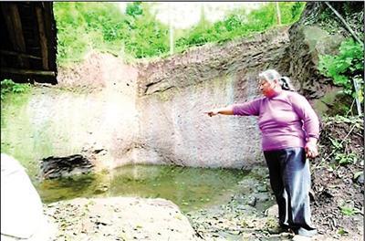 吴先琼说,挖掘现场已蓄满水。