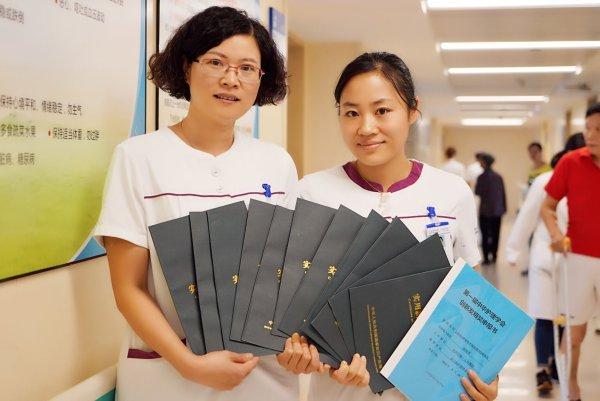 徐月花(左)和杨湘英(右)向记者展现厚厚一叠专利证书。