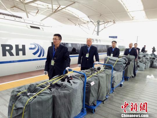 图为一批高铁快运货物准备装车。 向一鹏 摄