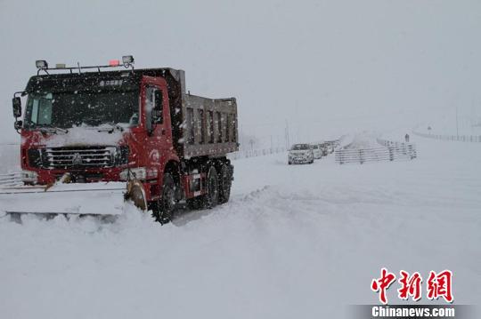 暴雪天气,哈巴河县区域内普遍能见度低,一辆小轿车因车速过快滑下路基。 朱黎明 摄