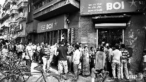 """印度政府宣布现版面额500卢比和1000卢比纸币自8日午夜退出流通后,大批印度人10日前往银行换取新版纸币。尽管有人为此恐慌,还有人为逃避受罚而焚烧纸币,但印度商界表示支持政府的这项打击""""黑钱""""的行动。"""