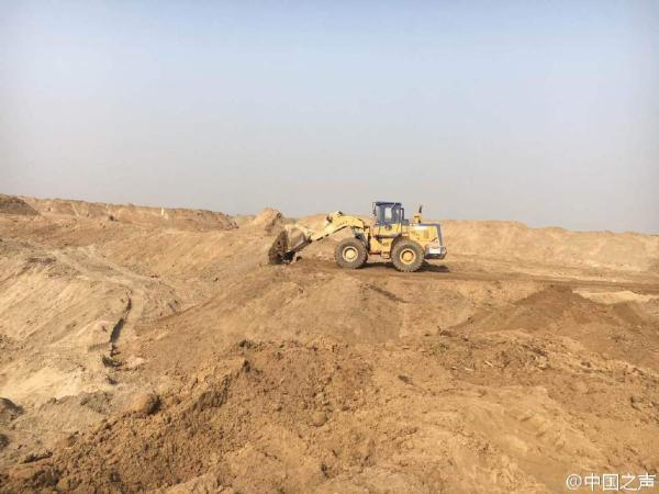 救援形成的大坑12日早开始回填 @中国之声 图