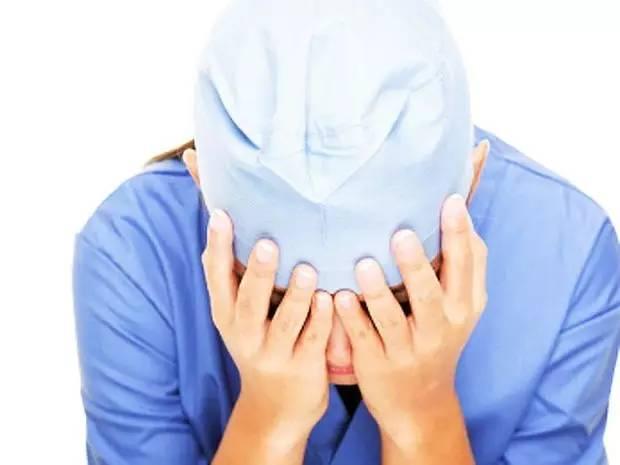 """很多医患间冲突,就跟普通人间的争执无异,它与""""医闹""""无关,只是冲突中一方是医疗工作者而已。是故""""医闹""""的帽子要慎扣,以免没化解矛盾,反而二度刺激。"""