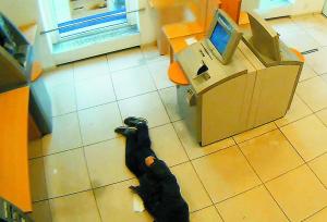 最近,德国一位82岁的老人在ATM机前摔倒,先后有四个人经过但都对其无动于衷,最后老人虽然得到救助,但为时已晚不幸身亡。事后,警方表示,这几个人见死不救构成犯罪,已经发布通缉令,将尽快实施抓捕。