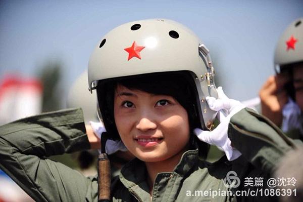 余旭,这张也是你喜爱的,记住七年前,出书歼击机女飞翔员留念邮票时,你末了选定那是这张相片。