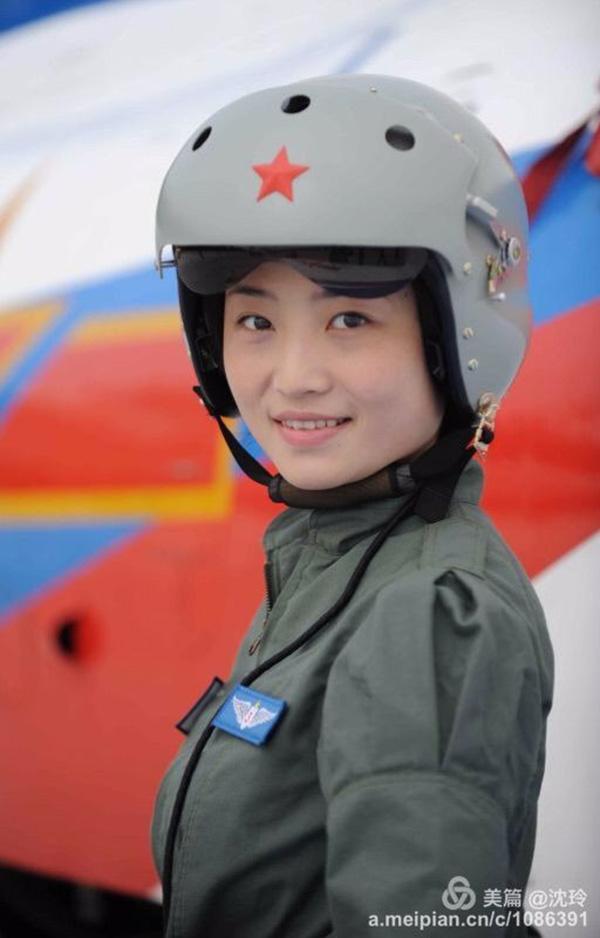 2014年11月,冬眠5年后的你,已是国家首批可以驾御歼-10战机的女飞翔员,作为八一扮演队女飞翔员表态珠海航展,你成熟了!你叱诧蓝天,留住了使人健忘的出色。