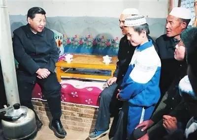 习近平在东乡县农家慰问
