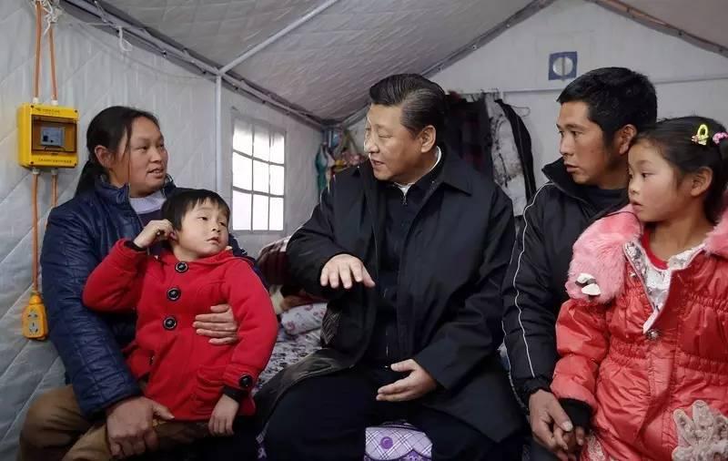 习近平来到鲁甸县小寨镇甘家寨红旗社区过渡安置点,看望受灾群众