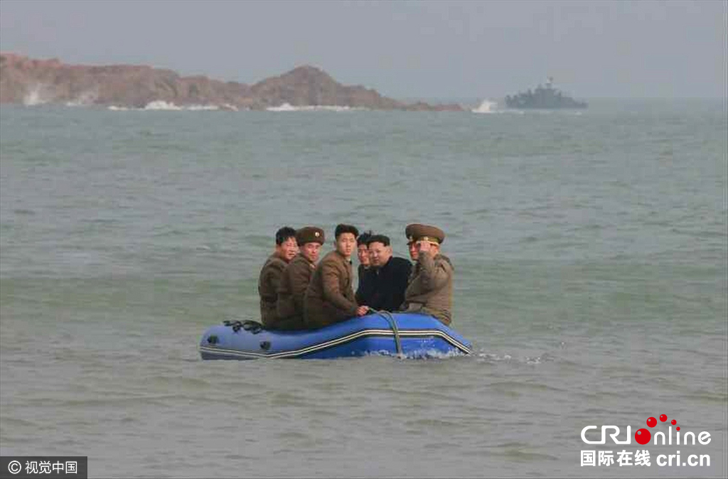 据朝鲜《劳动新闻》当天报道,朝鲜劳动党委员长金正恩近日前往西部海域新建的一前哨基地和长在岛防御队进行了视察。视觉中国