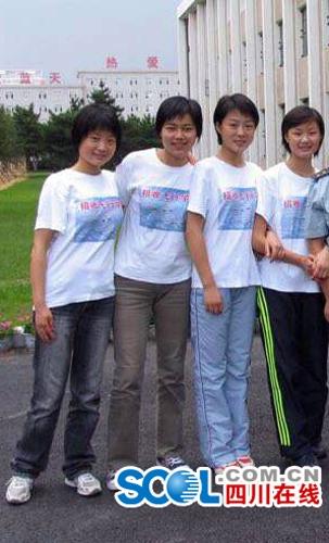 4名四川籍女飞行学员在解放军空军航空大学合影,左一为余旭,当时19岁。摄于2005年8月,长春