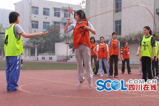 跳绳者为余旭,正在参加招飞选拔测试。摄于2005年,成都