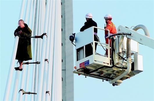 救援人员通过消防云梯成功施救