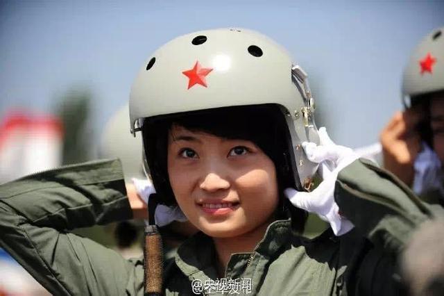 歼-10女飞行员余旭查看余旭生前照片