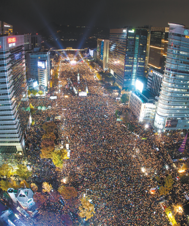 约百万韩国民众12日在首尔市中心举行大规模集会,要求朴槿惠立即下台,活动一直持续至13日凌晨。