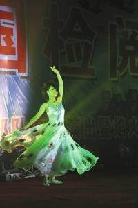 2009年时跳孔雀舞的余旭。(北部战区空军供图)