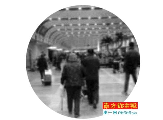 老人回到首都机场,杨先生(右)接机。