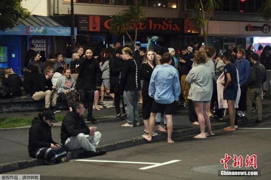 图为新西兰首都惠灵顿民众室外避难。