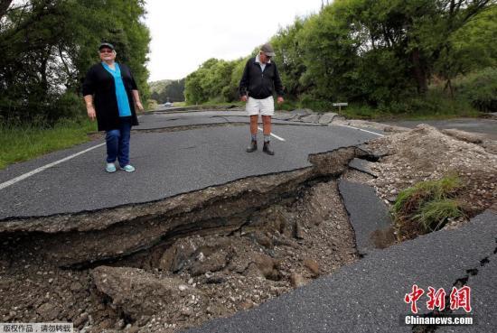 地震导致新西兰南岛的一条公路严重开裂。