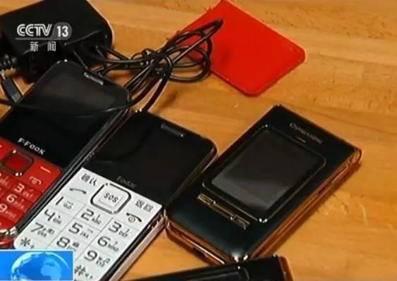 据了解,两家通讯企业为了生存,外接了大量要求不高的市场订单,这些订单的一个共同点就是低价。记者看到的这些老人手机,标价仅为50块钱左右不等,甚至还有更低的价格。