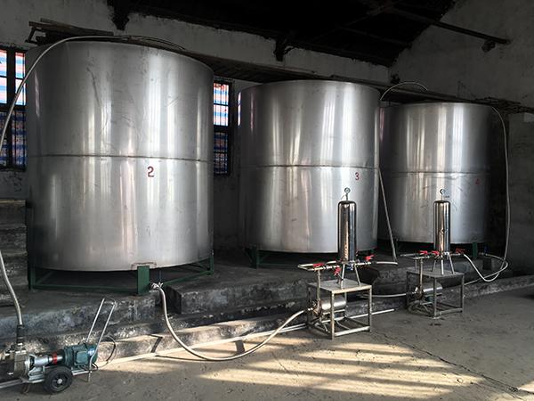 收购酒厂后,田韬花费500万元修建了不锈钢酒罐、绿化厂区等。