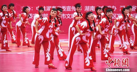 """由""""大妈""""们组成的舞队技压群雄,获得年度总冠军。 卢文伟 摄"""