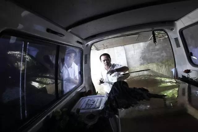 长沙明阳山殡仪馆运输班,工作人员在清洗运输车。运输班共有14名员工,每日轮流派出。图/潇湘晨报记者 刘有志