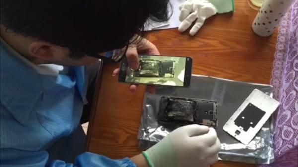 小米维修人员到王先生家中查看爆炸手机。