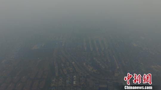 图为大雾覆盖下的古城扬州。 孟德龙 摄
