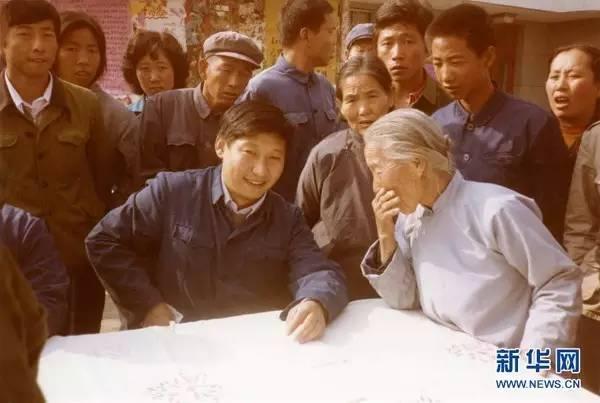 1983年,时任河北正定县委书记的习近平在大街上听取老百姓意见。