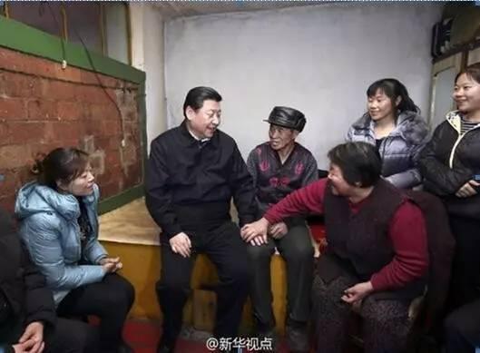 习近平到内蒙古阿尔山市伊尔施镇看望生活在林业棚户区的群众。