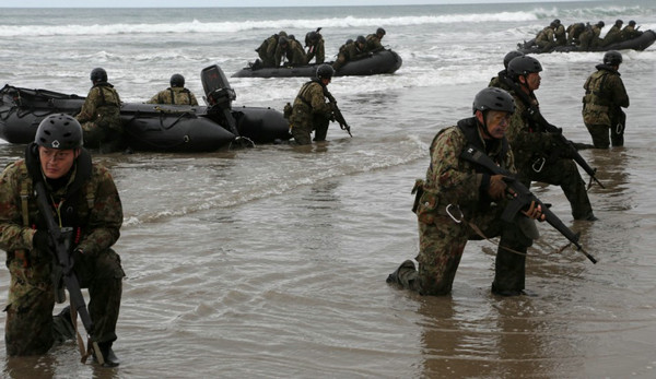 日本自卫队在美国练抢滩登岛作战