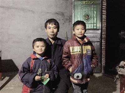 范小勤和爸爸范家发及哥哥在一起。