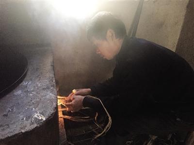 范家发为家人生火做饭。
