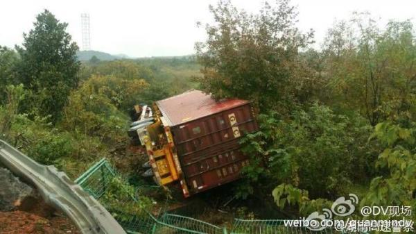"""13日上午,泉南高速永州段发生一起货车侧翻事故,该车为某快递公司运输车,车上满载""""双十一""""网购的货物。"""